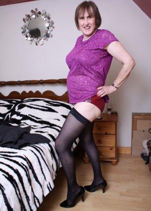 Женщина в возрасте не стесняется своего тела, поэтому с удовольствием показывает себя - фото 8