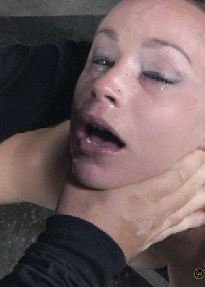 Девушка оказывается прикована и обездвижена, поэтому с ней делают всё, что хотят - фото 8