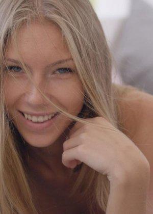 Российская миниатюрная блондинка мастурбирует сладенькую промежность - фото 7