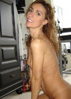 Зрелая девка показывает всем как выглядит её слегка старенькая грудь - фото 9