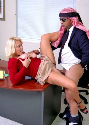 Начальник подложил свою зрелую, но красивую секретаршу своему арабскому бизнес-партнеру, тот натянул ее дырку - фото 11