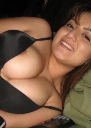 Брюнетка знает, что у нее шикарные дойки, поэтому она фотографирует свой бюст и высылает фотки парню - фото 6
