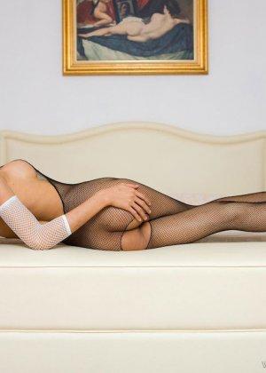 Красивая девушка мастурбирует свою скромную влажную киску - фото 6