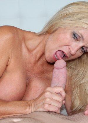 Опытная блондинка знает, как ублажать мужчину и делает это действительно качественно, доводя до конца - фото 9