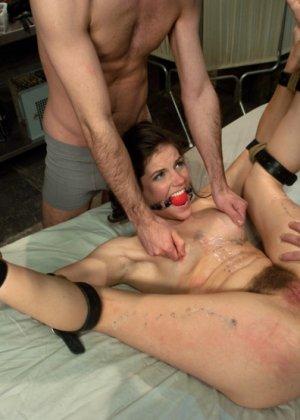 Красивую телку трахает муж в гараже, но потом он связывает ей руки и приглашает своего соседа поласкать рот членом - фото 10
