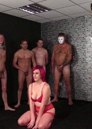 Развратная женщина с необычной внешностью показывает свою смелость в сексуальном плане - фото 1
