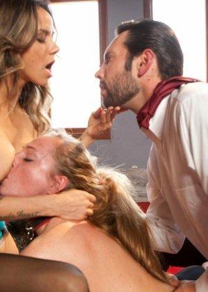 Надия Стайлз и Рокси Рокс позволяют своему хозяину все, ведь в гневе он еще более грубый и нетерпеливый - фото 11
