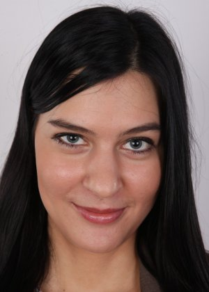 На чешский порно кастинг приперлась привлекательная брюнетка с волосами на лобке - фото 2