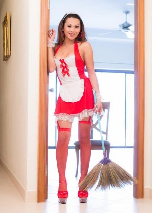 Медсестра с коротким членом вместо пизды сует в попку секс игрушку - фото 1