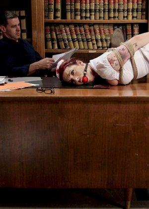 Медсестра познакомилась с мужиком в библиотеке и пригласила его зайти к себе на работу. В результате ее связали и трахнули вибратором - фото 3