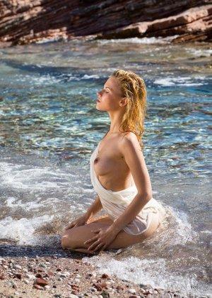 Девушка расслабляется на пляже - ее обнаженное тело может свести с ума кого угодно - фото 5