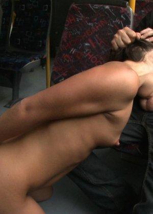 Развратную кучерявую сучку натягивают в автобусе после работы - фото 9
