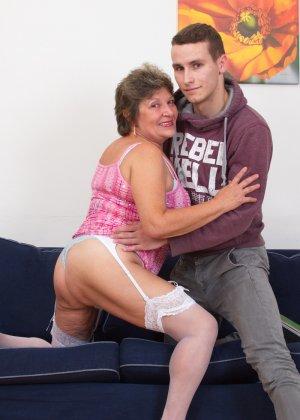 Пожилая женщина оказывается в обществе молодого парня и дает себя трогать во всех местах - фото 8
