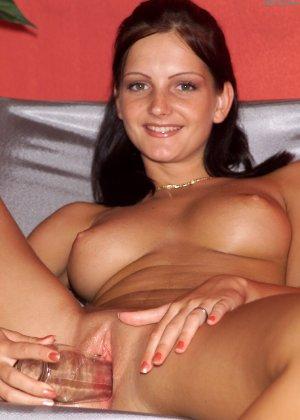 Сандра Шайн уединяется со своей киской и вставляет в нее небольшую бутылочку для удовольствия - фото 14