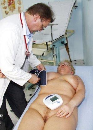 Женщина в возрасте приходит показаться врачу, а он устраивает ей хороший осмотр с пристрастием - фото 7