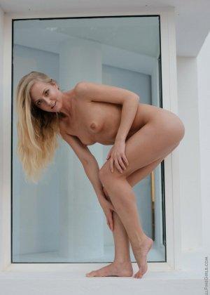 Милая блондинка полностью раскрывается перед камерой, показывая все нежные дырочки - фото 10
