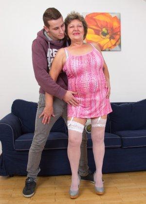Пожилая женщина оказывается в обществе молодого парня и дает себя трогать во всех местах - фото 4