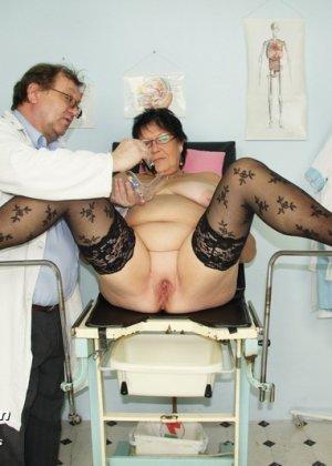 Зрелая женщина приходит на визит к гинекологу и она показывает ему все свои интимные части тела - фото 9