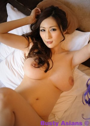 Грудастая азиатская красотка в фиолетовом белье позирует с голыми дойками - фото 10