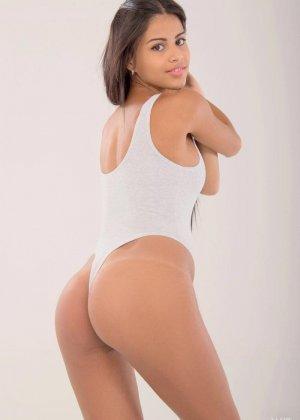 Дэнисс Гомез облилась маслом, чтобы подчеркнуть свои сексуальные формы и выставляет напоказ самые интимные зоны - фото 1