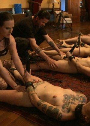 Несколько развратниц подставляют свои тела для сумасшедших испытаний и готовы вытерпеть многое - фото 16