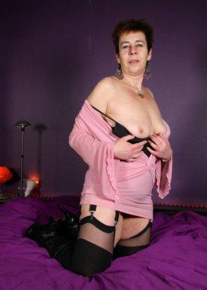 Зрелая женщина в эротичном костюме показывает себя всю, принимая самые откровенные позы - фото 13