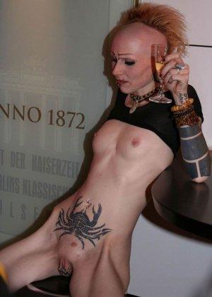 Татуированная неформальная дура писает в туалете - фото 11