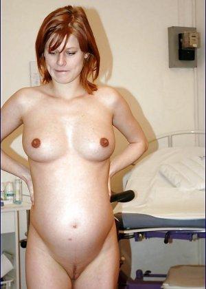 Самые разные будущие мамочки показывают степень своей развратности, полностью раздеваясь перед камерой - фото 4