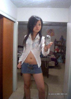 Сексуальная азиатка симпатичной внешности делает красивые фото на телефон - фото 6