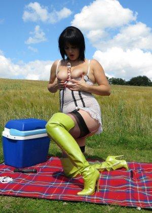 Зрелая женщина в теле устраивается на природе, чтобы облизать красивую игрушку и вставить ее внутрь - фото 1