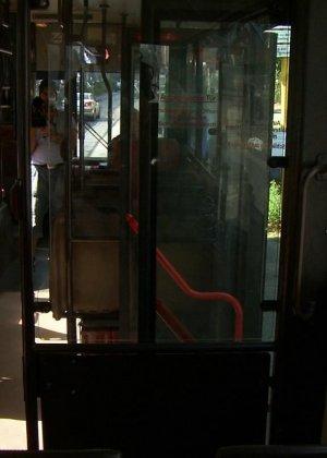 Горяченькая малышка берет в ротик у парня на публике в автобусе - фото 21