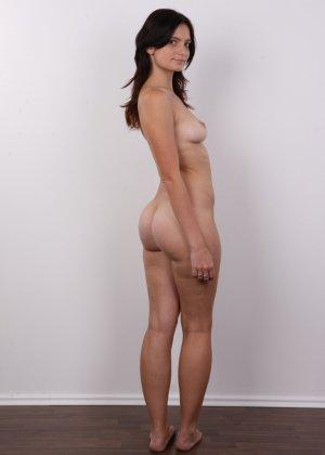 Чешская девушка с упругими сиськами на порно кастинге позирует голенькой - фото 13