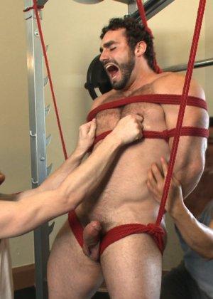 Два мужчины развлекаются в спортивном зале, а потом увлекаются и начинают делать минет друг другу - фото 11