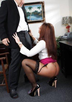 Саванна Фокс – очень соблазнительная особа, поэтому мужчина быстро возбуждается и устраивает ей хороший секс - фото 2