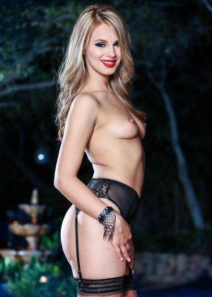 Джиллиан Дженсон - девушка с красивой фигуркой, которая любит подразнить своим телом - фото 5