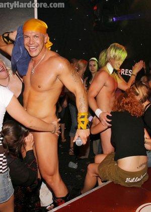 На жаркой вечеринке развратные люди устраивают мощную групповуху – всех возбуждают беспорядочные связи - фото 10
