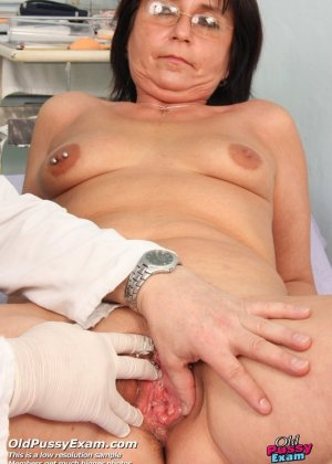 Зрелая получает удовольствие от тщательного осмотра у врача, тем более, что он лапает ее пизду - фото 5