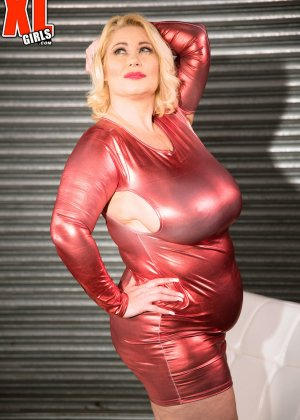 Пухлая блондинка снимет красное сексуальное платье, чтобы мужики пустили слюну на аппетитный бюст - фото 7