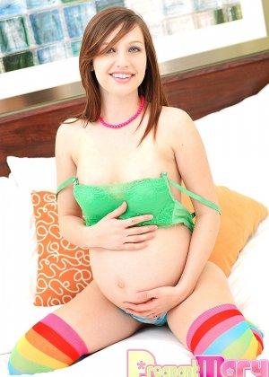 Беременная малышка устраивает стриптиз, показывая свое тело без одежды, и ласкает себя руками - фото 8