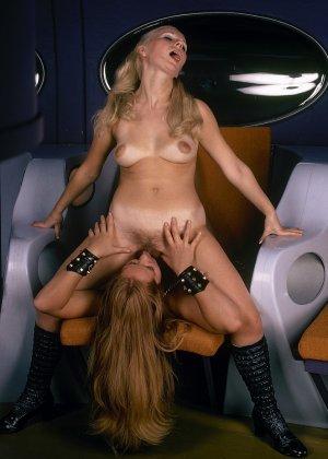 Две девушки в необычной обстановке соблазняют одного мужчину и набрасываются на него с ласками - фото 4