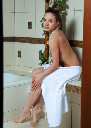 Девушка с бусами на шеи обливает свою киску теплой водой в душе - фото 1