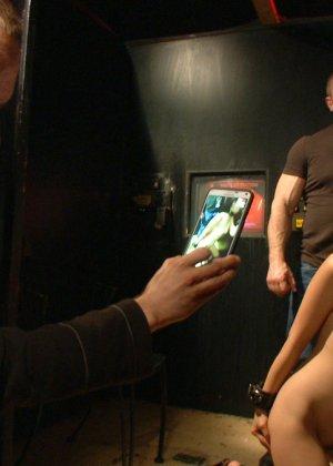 Жестокий секс с хорошей телкой азиатской внешности на полу в подвале - фото 16