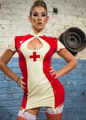 Привлекательная блондинка в костюме медсестры любит, когда ее связывают засовывают руку в пизду - фото 1