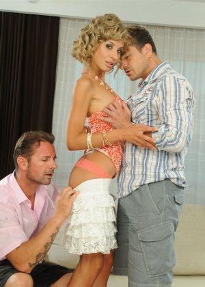 Кучерявая блондинка сосет у двоих парней и глотает теплую сперму - фото 5