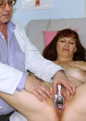 Зрелая женщина приходит на осмотр к гинекологу, а там оказывается мужчина, который вставляет расширитель - фото 14