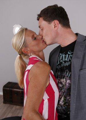 Опытный муж разминает висящие сиськи своей зрелой блондинистой жены - фото 2