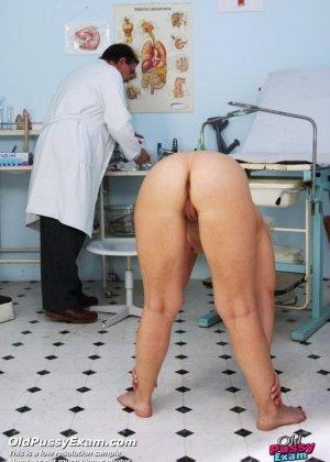 Опытный мужчина-гинеколог не только производит осмотр пациентке, но и доставляет ей удовольствие - фото 2
