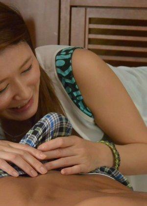 Развратную японскую девицу паренек ебет в мохнатую письку на диване - фото 40