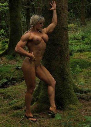 В лесной чаще можно насладиться подтянутым телом женщины, которая занимается бодибилдингом - фото 4