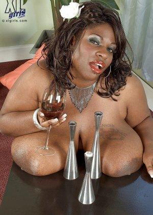 Очень большие сиськи всегда привлекают внимание, эта пышная негритянка потрясет своими дойками - фото 11